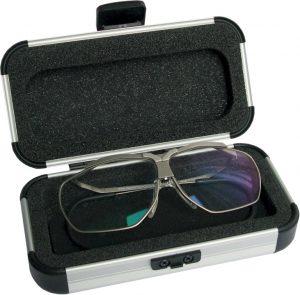 Das Aluminiumetui bietet Platz für die Dynamik-Brille und ein Paar Zusatzgläser